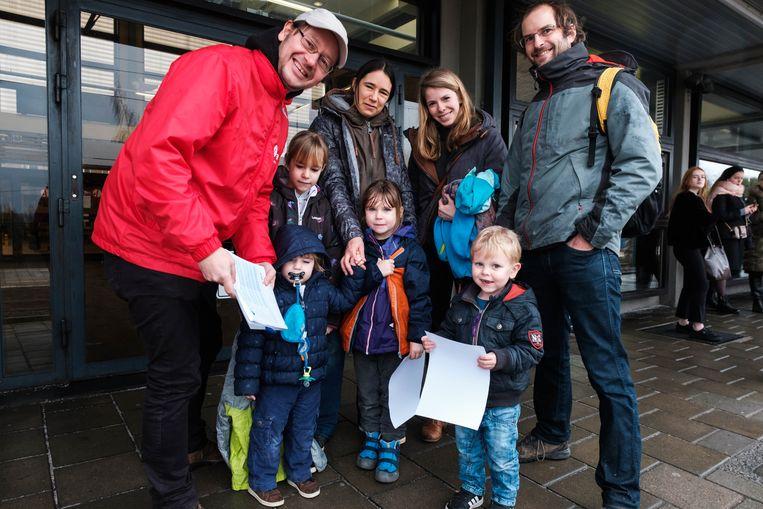 Fractieleider voor sp.a Gert Stas deelt klimaatrapporten van de stad Sint-Truiden uit aan mensen die naar de klimaatbetoging in Brussel trekken.