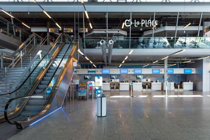 Een uitgestorven vertrekhal van Eindhoven Airport.