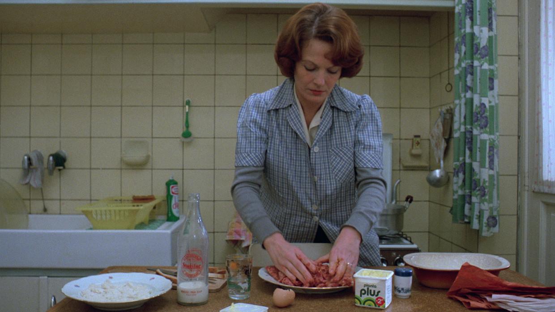 Jeanne Dielman kneedt gehakt.