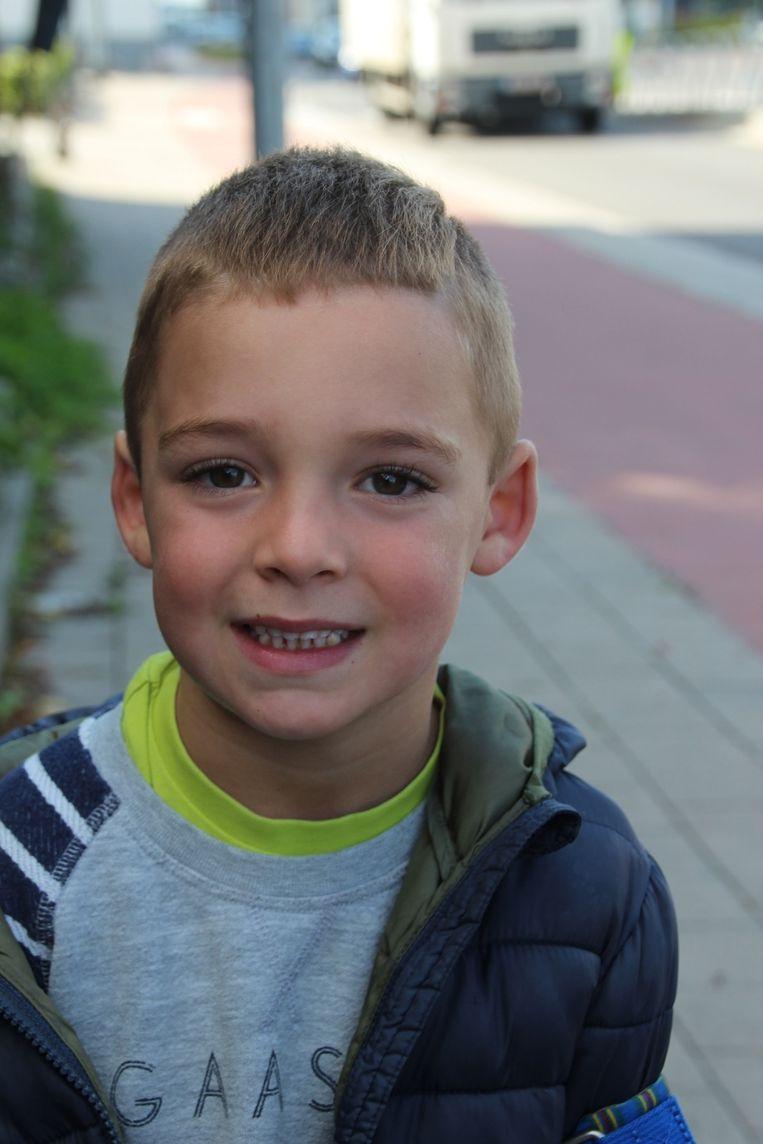 Dankzij Garagist Thomas raakte de 5-jarige Vince Van Crombrugge ongedeerd uit de wagen.