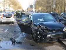 Vier aanhoudingen na ongeluk met twee auto's op Erasmusweg, brokstukken liggen op straat