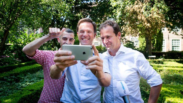 Premier Mark Rutte en minister Lodewijk Asscher maken een selfie tijdens de jaarlijkse heidag van het kabinet. Beeld anp