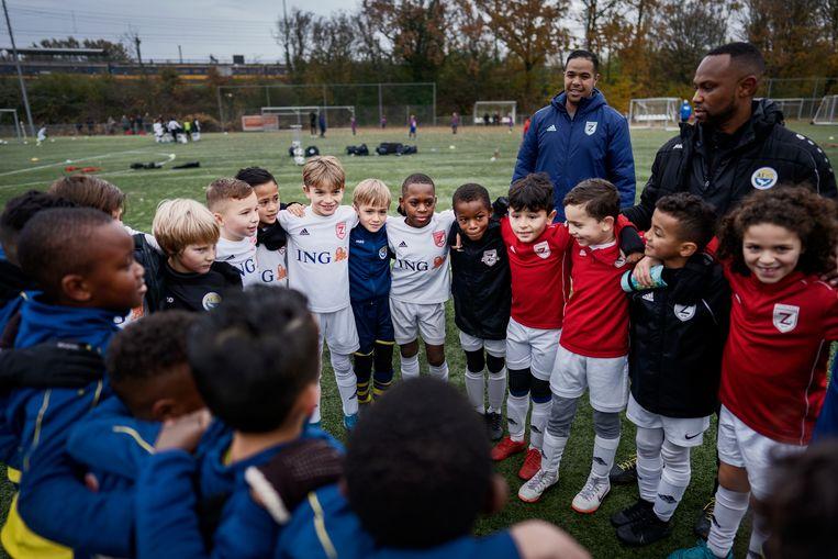 De Amsterdamse voetbalclub Zeeburgia houdt een minuut stilte tegen racisme, vorig jaar november.  Beeld Hollandse Hoogte / Olivier Middendorp