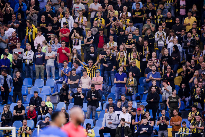 Supporters op de tribune in GelreDome tijdens de wedstrijd Vitesse-PEC Zwolle.