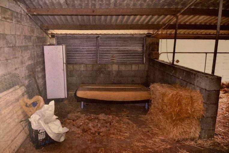 De binnenkant van de stal waar de jonge vrouw werd vastgehouden door Gene Charles Bristow.