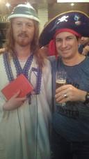 Aanhangers van De Kerk van het Vliegend Spaghettimonster in Lab-1: 'Ja, bier drinken mag van onze god'.