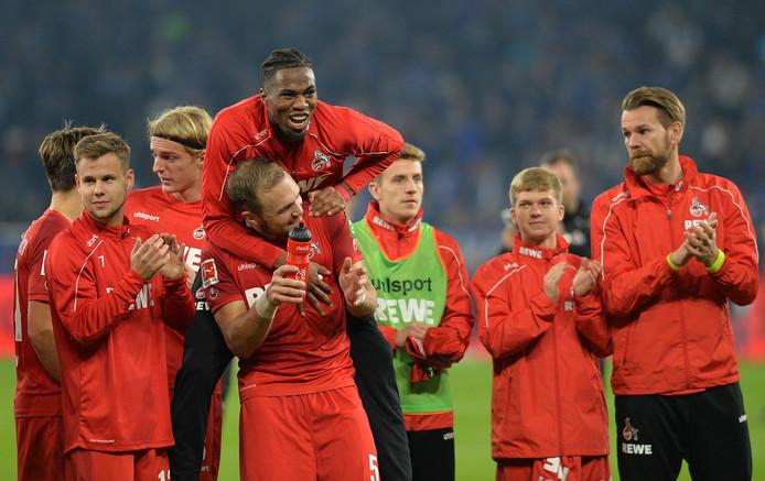 Kingsley Ehizibue viert met Rafael Czichos een feestje na de 1-1 bij Schalke.