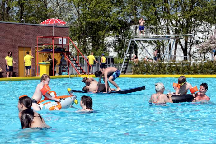 Buitenzwembad De Melanen draait een bovengemiddeld zomerseizoen 2019, met name dankzij een extreem drukke maand juni. Het Halsterse bad werd in de kaart gespeeld door het warme weer en de blauwalg in de buitenwateren.