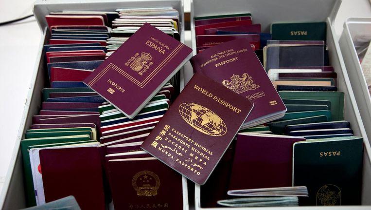 Paspoorten bij de marechaussee op Schiphol. Beeld anp