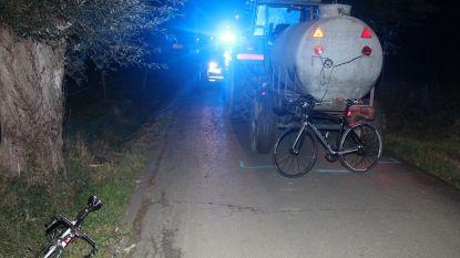 Wielertoeristen zwaar gewond na kruisen tractor in donkere smalle landelijke straat