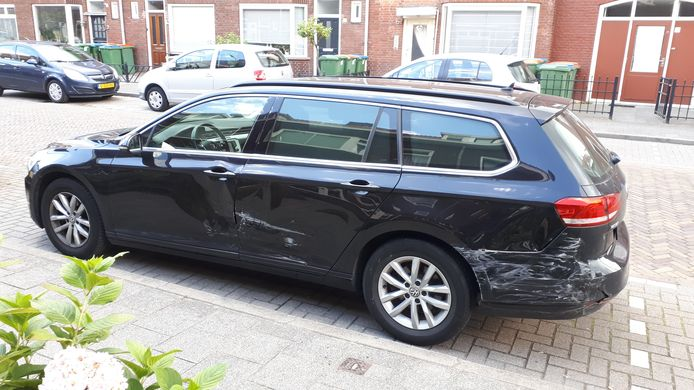 Een dronken bestuurder heeft vrijdagnacht in de Acaciastraat in Breda (Tuinzigt) vier auto's geramd. De eigenaar van deze wagen kon de dader in zijn kraag vatten en overdragen aan de politie.