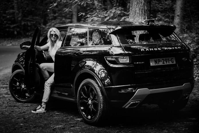 Sanne Hans en haar Range Rover Evoque