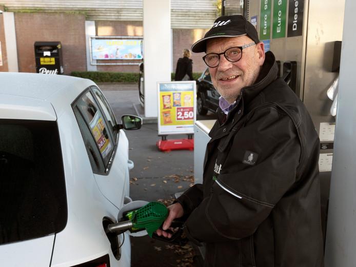 Gert Sluis is een graag geziene tankhulp: ,,Ik ken veel mensen uit het dorp.''