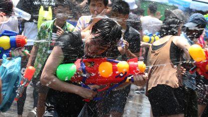 Watergevecht met duizenden mensen breekt los in straten van Bangkok