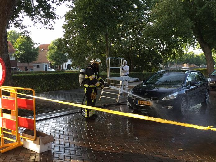 Auto's worden geïnspecteerd en schoongespoten voor ze de straat mogen verlaten.