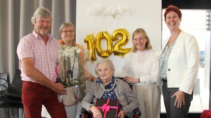 Bloemen en cadeaus voor 102-jarige Marie De Wolf in wzc Haagwinde