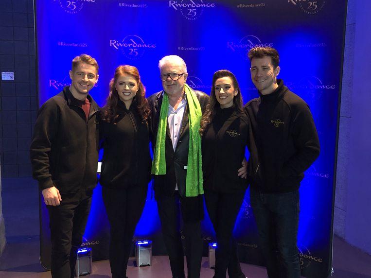 John McColgan met enkele leden van de huidige cast van Riverdance.