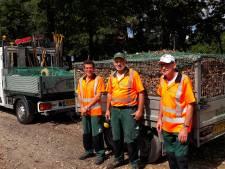 Deze mannen ruimen in augustus al volop herfstbladeren in Gennep
