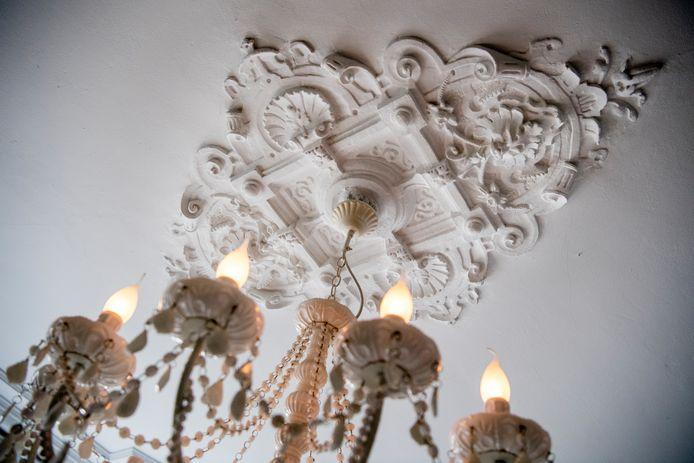 Toen ze de ornamenten op het plafond in de woonkamer voor het eerst zagen, wisten ze dat dit hun huis moest worden.