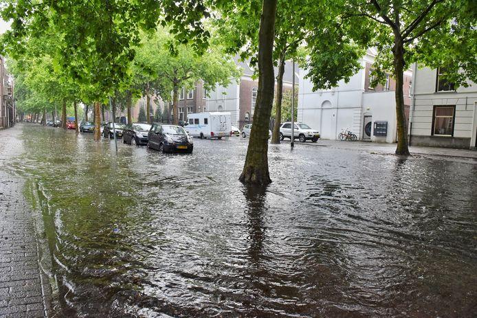 Wolkbreuk boven Tilburg zorgt voor ondergelopen Goirkestraat.