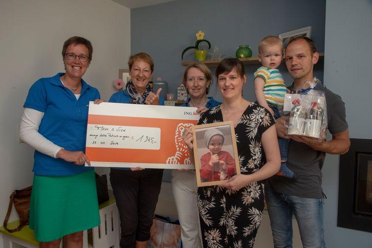 Jonina, Willem en Tuur schenken 1.945 euro aan Make a wish als dank voor de laatste wens voor dochtertje Lotte (3,5), die begin dit jaar overleed aan een hersentumor.