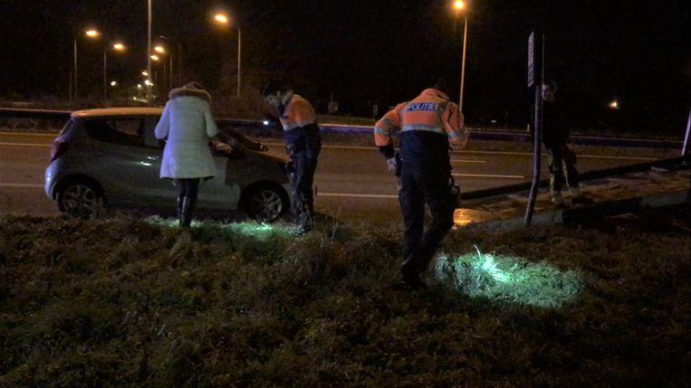 Brigitte Vyvermans met de politie, vlak na het ongeval op zoek naar sporen.