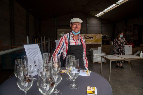 Paul Weymeersch lanceerde zijn nieuwe Stien bier in de loods van zijn boomkwekerij in Wetteren.