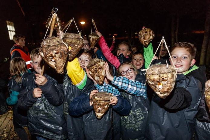 Kinderen hebben van suikerbieten lampionnen gemaakt en daarme 'un bietje' Sint Maarten gevierd. foto marcel ottesrspeer/pix4profs