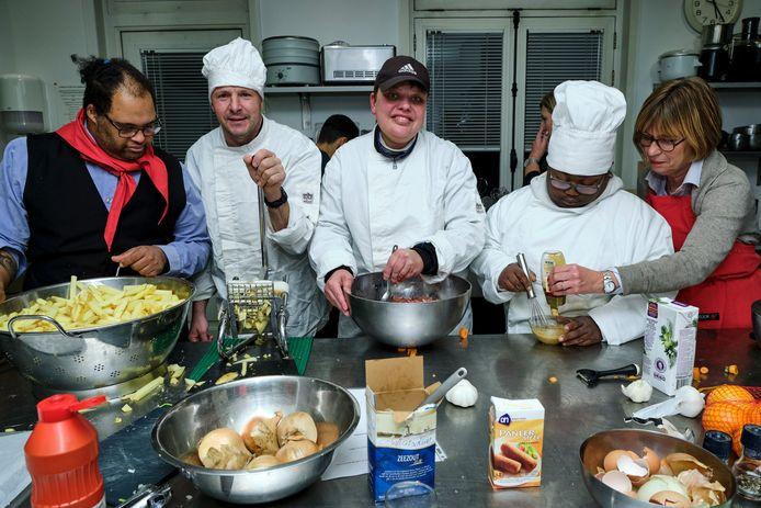 De bewoners van ASVZ Schiedam bereiden het voorgerecht: de loempia's.