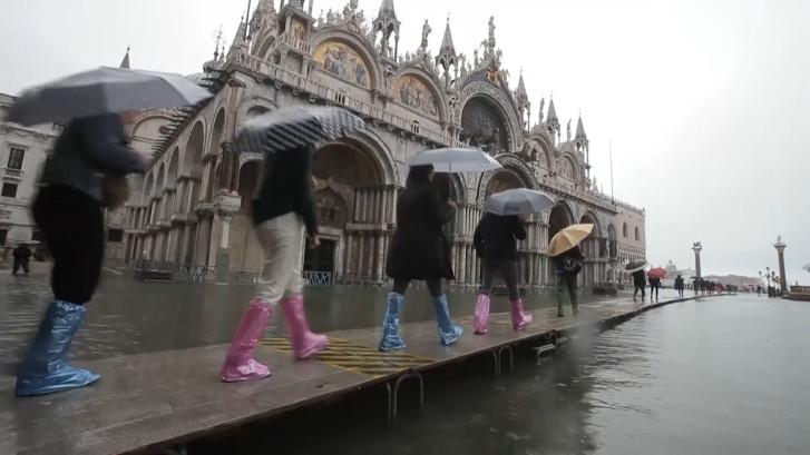 Venetië staat onder water: toeristen verplaatsen zich op loopplanken door de stad