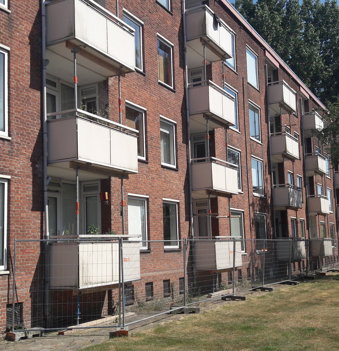 Gestutte balkons in wijk Brabantpark in Breda, in maart wordt meer bekend over herstel.