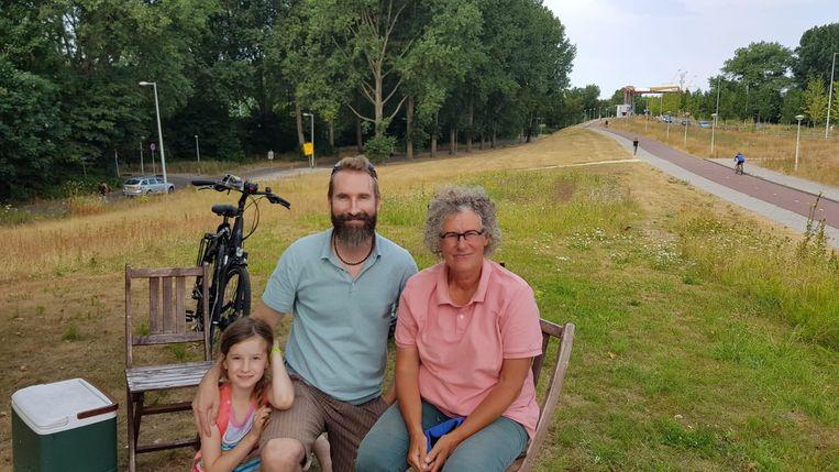 Elmer Cladder (m) met zijn dochtertje en Rieta (r) die als derde de geocache heeft gevonden. Beeld Elmer Cladder