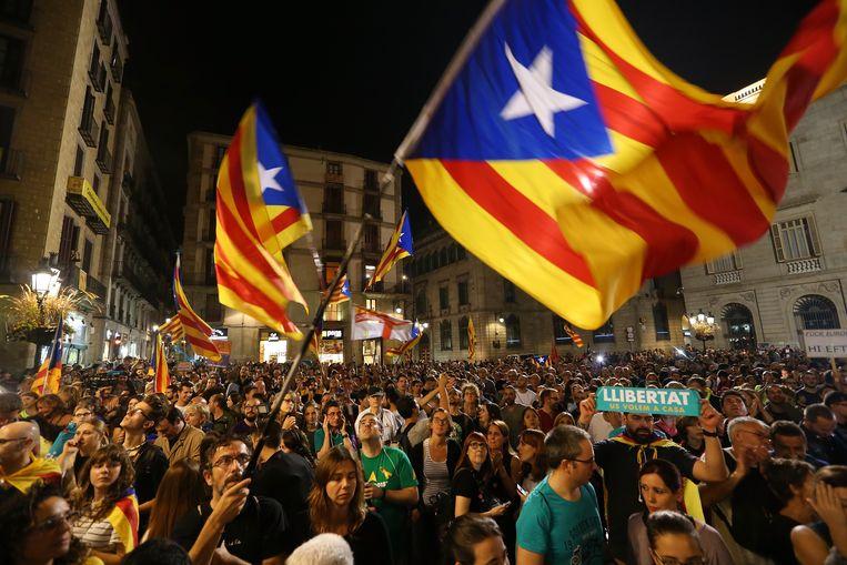Honderdduizenden demonstranten zijn zaterdag aan het einde van de middag in Barcelona samengekomen om de vrijlating van twee separatistische leiders te eisen. Beeld Getty Images