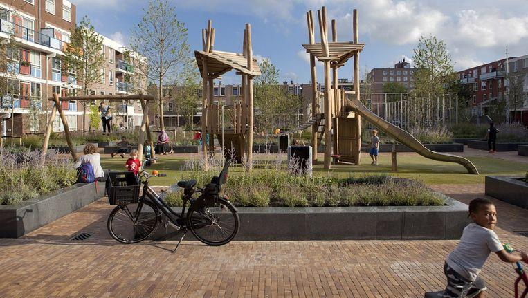 Het Ten Kateplein in West, nu met voldoende groen en plekken om te zitten. Beeld Elmer van der Marel