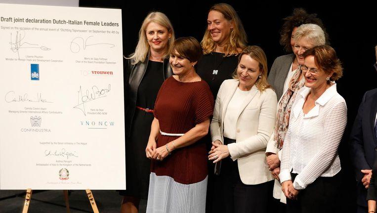 Lilianne Ploumen ondertekent een Europese samenwerkingsovereenkomst tijdens een bijeenkomst van de Stichting Topvrouwen Beeld anp