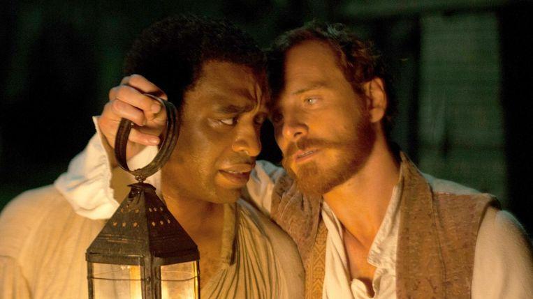 Chiwetel Ejiofor en Michael Fassbender in 12 Years a Slave. Beeld