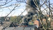 Grote rookpluim door dakbrand