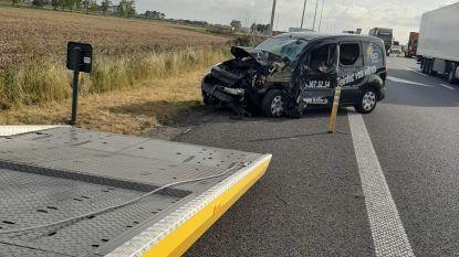 Auto rijdt hard in op signalisatiewagen van werkzaamheden op E40, bestuurder ongedeerd