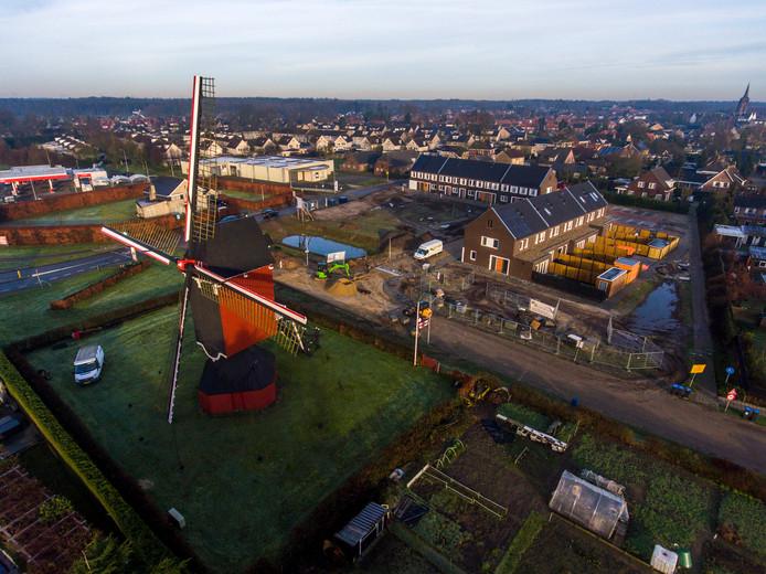 Een drone vliegt begin 2018 boven het molenveldje van Moergestel, waar starterswoningen Molenbeemd als adres hebben gekregen.