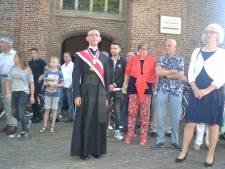 Pastoor Van Dijk bewierookt bij afscheid in Geffen