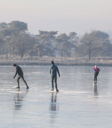 Eerste schaatsers wagen zich op dun laagje ijs op Leersumse Veld en Pluismeer