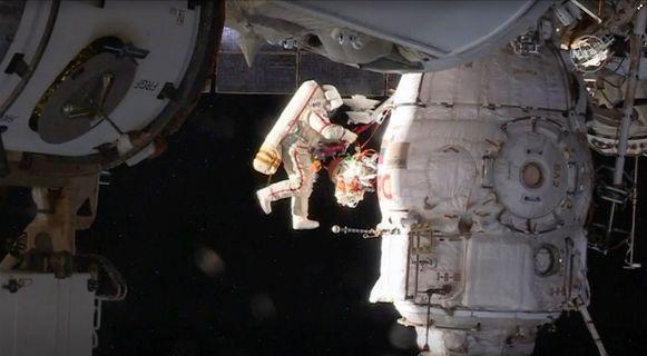 De Russische kosmonaut Oleg Kononenko doet een ruimtewandeling bij het Internationale Ruimtestation ISS.