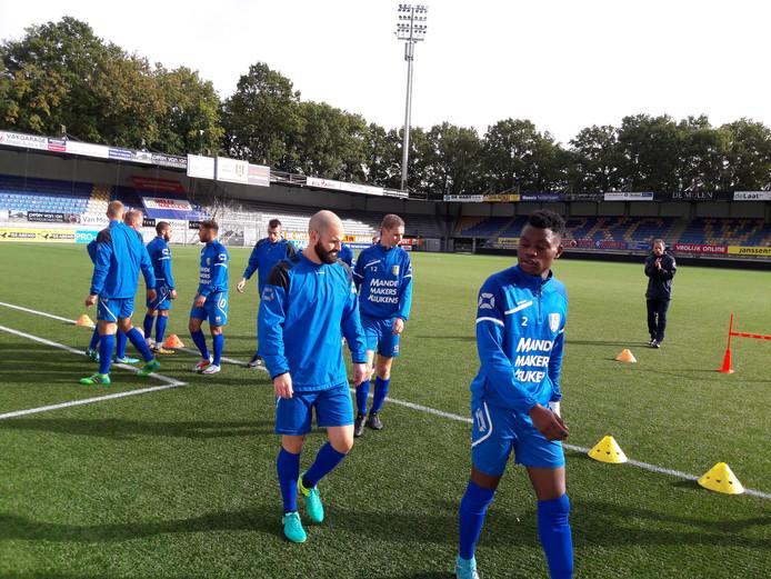 Hans Mulder (midden) is inmiddels wel speelgerechtigd, maar start nog niet in de basis bij RKC Waalwijk.