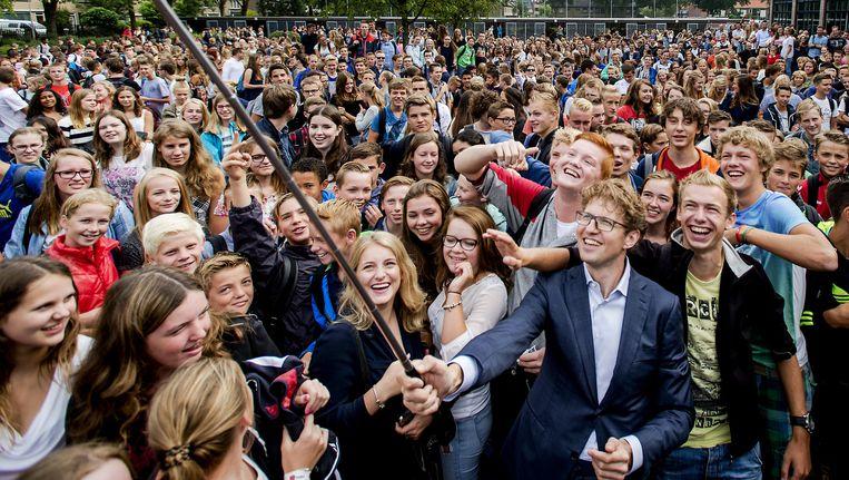 Staatssecretaris Dekker van Onderwijs neemt een selfie met de leerlingen van het Koningin Wilhelmina College in Culemburg, 2015. Beeld null