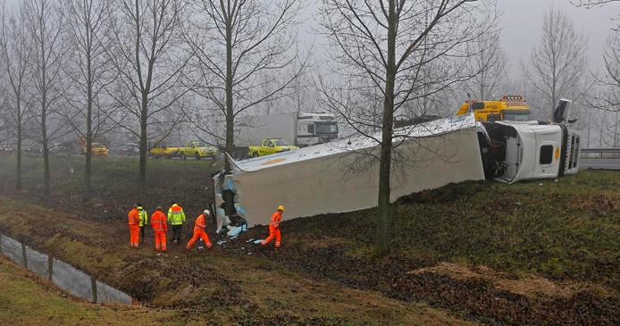 Vrachtwagen gekanteld A17 MOERDIJK - Op de A17 Klaverpolder richting Roosendaal is woensdagochtend een vrachtwagen van de weg geraakt.De chauffeur kwam met de schrik vrij. Door de hevige mist vanmorgen zijn de bergers laten begonnen met het takelen van de vrachtwagen.
