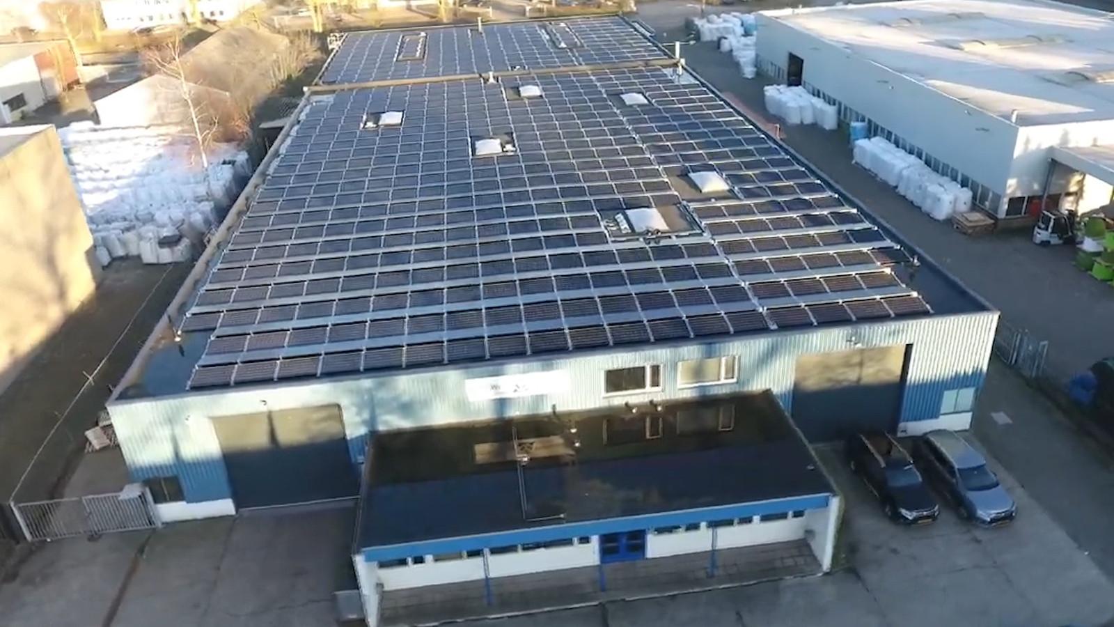 Het dak van Van Wees Waalwijk, vol met zonnepanelen.