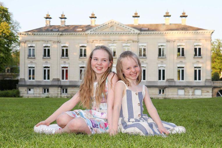 Amber Metdepenningen (rechts) samen met grote zus Alycia, die zelf ook acteert.