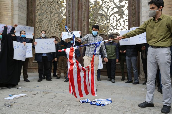 Iraanse studenten verbranden Amerikaanse en Israëlische vlaggen in Teheran.