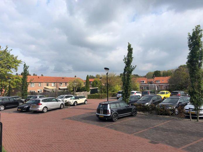 Het rijtje woningen aan de Meidam (links) wordt afgebroken. De vervangende nieuwbouw wordt met de voorzijde aan het parkeerterrein van het gemeentehuis van Reimerswaal gesitueerd.