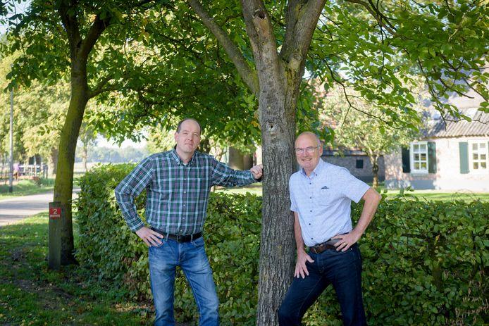 Bas Verbeek en Wil Peels (rechts) van Heemkundekring Weerderheem.